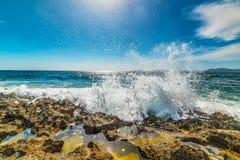 Golven die op een rotsachtige kust verpletteren royalty-vrije stock foto