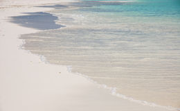 Golven die op een strand bespatten Royalty-vrije Stock Afbeeldingen