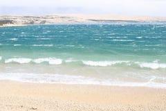 Golven die op een strand breken Royalty-vrije Stock Foto's