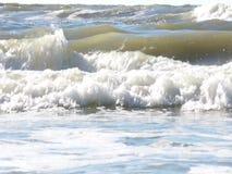 Golven die op een zandig strand verpletteren stock video