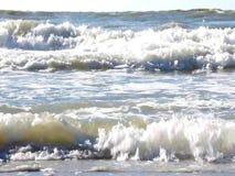 Golven die op een zandig strand verpletteren stock footage