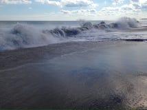 Golven die op het strand verpletteren stock foto