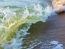 Golven die op het strand verpletteren royalty-vrije stock fotografie