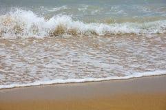Golven die op kust breken Stock Foto