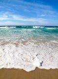 Golven die op kust van het overzees breken Stock Fotografie