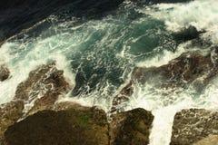 Golven die op kust verpletteren Royalty-vrije Stock Afbeeldingen