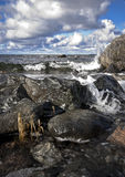 Golven die op overzeese kust raken Stock Afbeelding