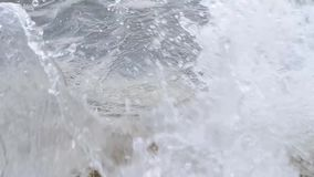 Golven die op rots verpletteren stock video