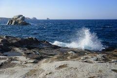 Golven die op rotsachtig strand breken Royalty-vrije Stock Afbeeldingen