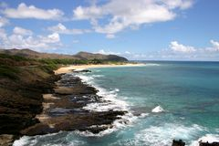 Golven die op rotsachtige kust breken Stock Fotografie