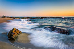 Golven die op rotsen bij zonsondergang, in Victoria Beach verpletteren Stock Foto's