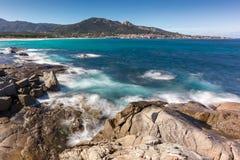 Golven die op rotsen dichtbij Algajola-strand in Corsica wassen Royalty-vrije Stock Foto's