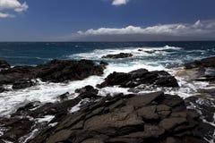 Golven die op rotsen in Napaili breken Royalty-vrije Stock Afbeelding