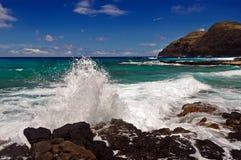 Golven die op rotsen op de kust van Oahu, Hawaï verpletteren Stock Foto's