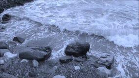 Golven die op rotsen verpletteren stock videobeelden
