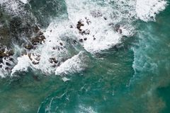 Golven die op rotsen verpletteren stock fotografie