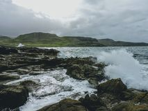 Golven die op Rotsen verpletteren - Eiland van Skye, Schotland stock afbeeldingen