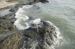 Golven die op rotsen verpletteren royalty-vrije stock afbeeldingen