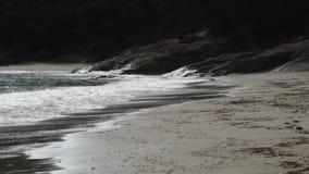 Golven die op strand breken stock video