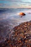 Golven die op strand breken stock foto