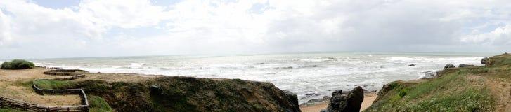 Golven die op strand breken Royalty-vrije Stock Afbeeldingen