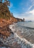 Golven die op strand breken Stock Foto's