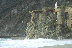 Golven die op strand breken Stock Afbeelding