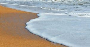 Golven die op strand breken Royalty-vrije Stock Fotografie
