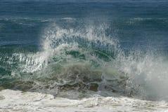 Golven die op strand verpletteren Stock Afbeeldingen