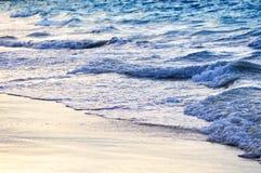Golven die op tropische kust breken Stock Afbeeldingen