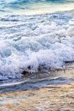 Golven die op tropische kust breken royalty-vrije stock foto's