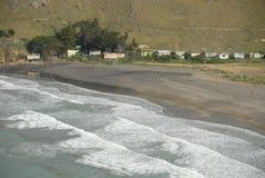 Golven die op zandig strand breken Royalty-vrije Stock Foto