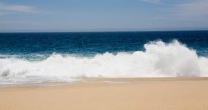 Golven die op Zandig Strand verpletteren Royalty-vrije Stock Afbeeldingen