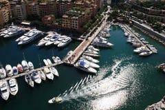 Golven die op zon astern van een motorboot wijzen Stock Foto