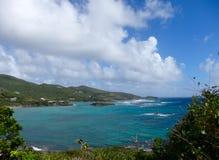 Golven die over ertsaders in de windwaartse eilanden schuimen Stock Foto's