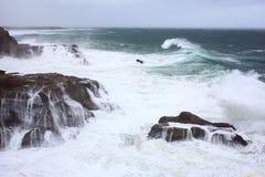 Golven die rotsachtige kust wassen royalty-vrije stock afbeelding
