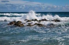 Golven die rotsen in de Atlantische Oceaan raken Stock Afbeelding