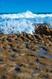 Golven die rotsen raken Royalty-vrije Stock Afbeelding