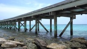 Golven die rotsen raken onder de brug stock videobeelden