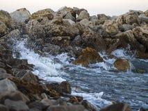 Golven die tegen de rotsen verpletteren royalty-vrije stock foto's