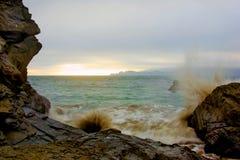 Golven die tegen rotsen raken Royalty-vrije Stock Foto