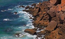 Golven die tegen rotsen verpletteren Royalty-vrije Stock Foto