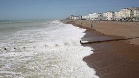 Golven die Worthings de West- van Sussex op het strand verpletteren stock video