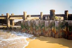 Golven die zacht tegen de zeedijk omwikkelen Stock Foto's