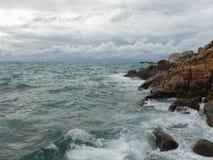 Golven door de kust wanneer het onweer komt royalty-vrije stock afbeelding
