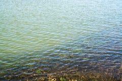 Golven door de wind op ondiep water worden gevormd - 2 die royalty-vrije stock afbeeldingen