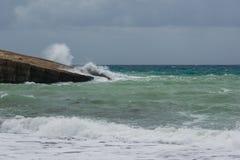 Golven in een kleine baai van het Egeïsche Overzees in Rhodos stock afbeelding