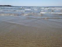 Golven en gegolft zand royalty-vrije stock afbeelding