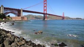 Golven en Golden gate bridge stock video
