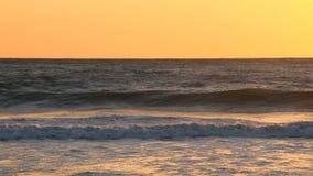 Golven en oceaanmist bij zonsondergang stock footage